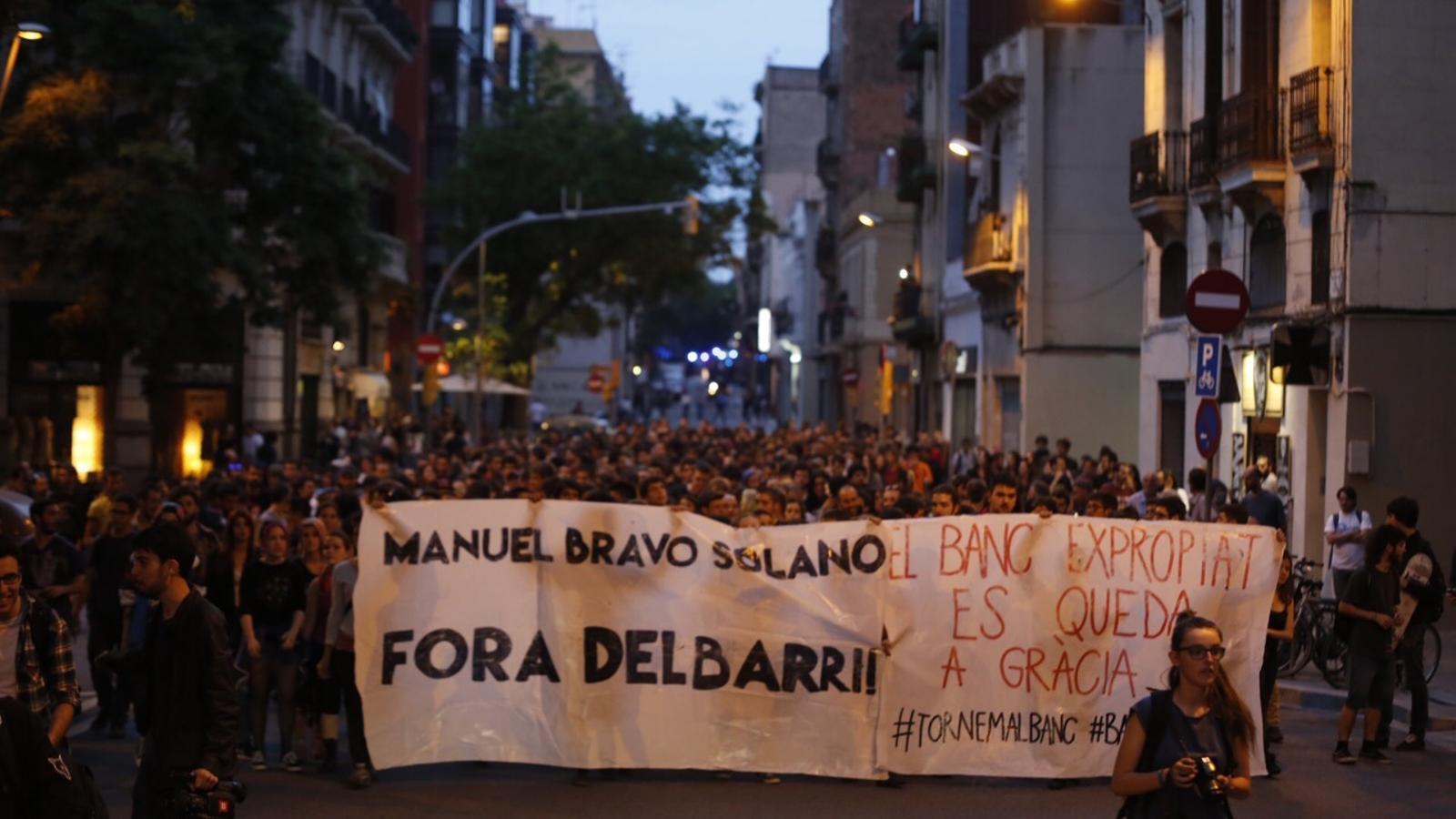 Manifestació d'okupes a Gràcia després de la detenció dels cinc joves que havien tornat a entrar al Banc Expropiat