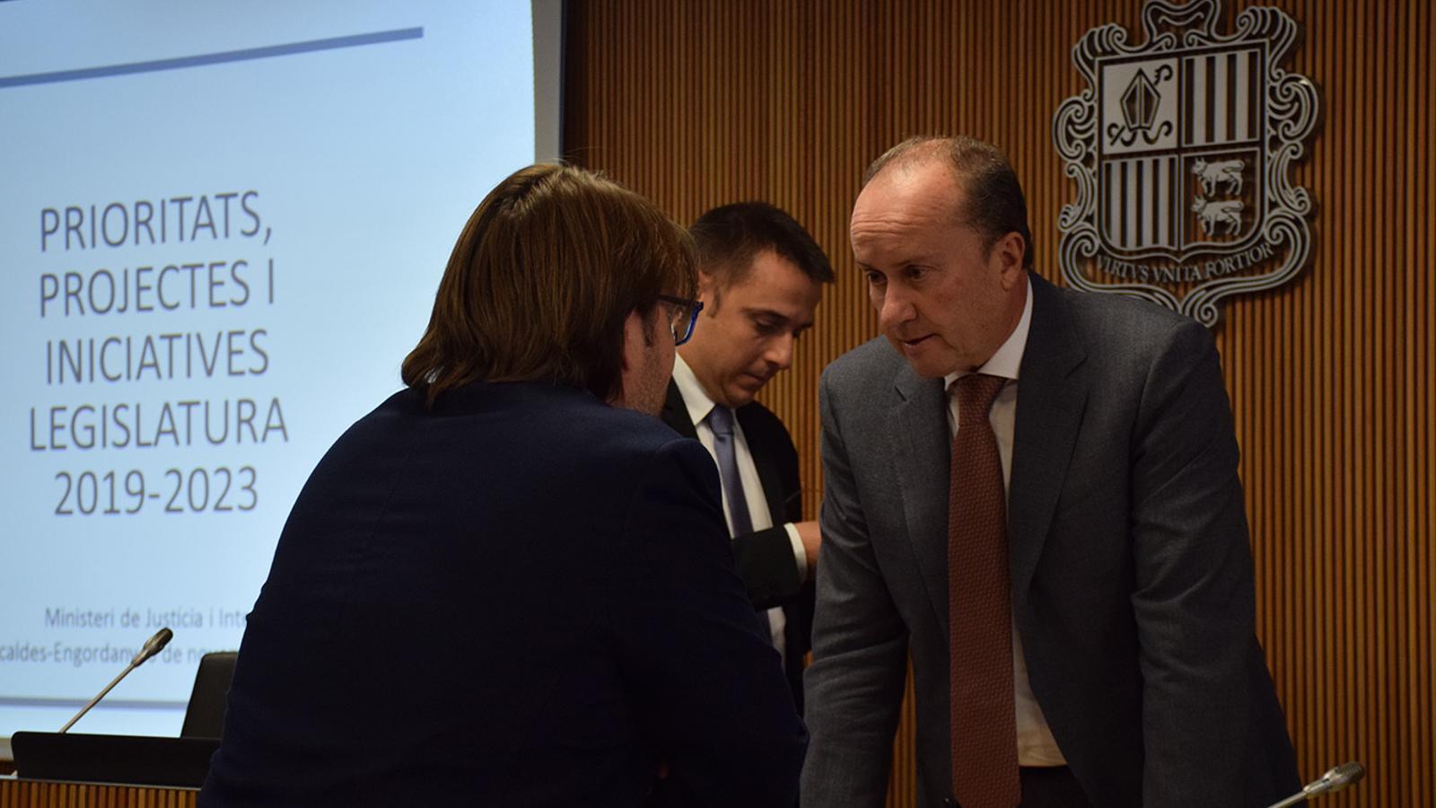 El ministre de Justícia i Interior, Josep Maria Rossell, conversa amb el consell de Ciutadans Compromesos, Carles Naudi, abans de la comissió legislativa. / M. F. (ANA)