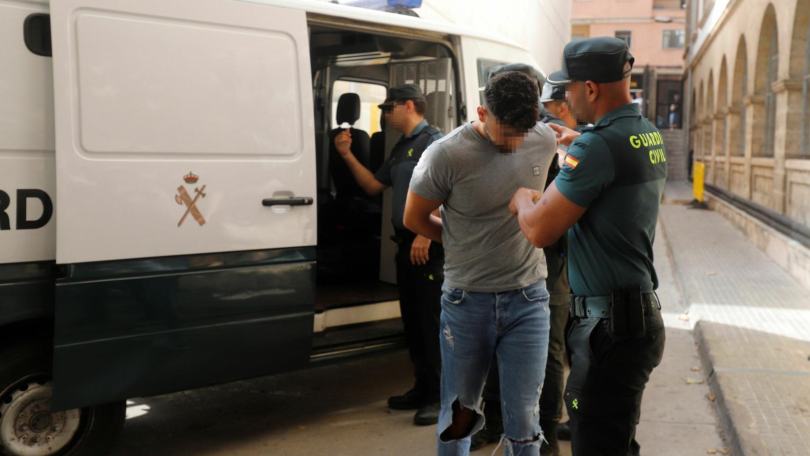 Imatge d'un dels detinguts entrant als jutjats.