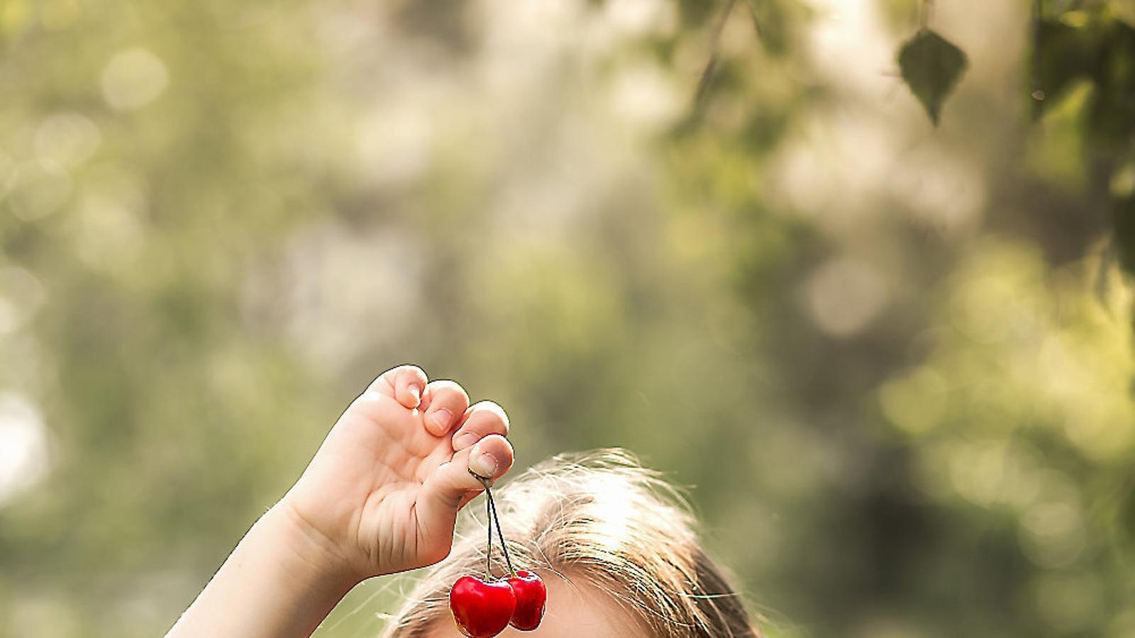 A les fotos, cireres naturals i alguns dels plats que es poden fer amb aquesta fruita.