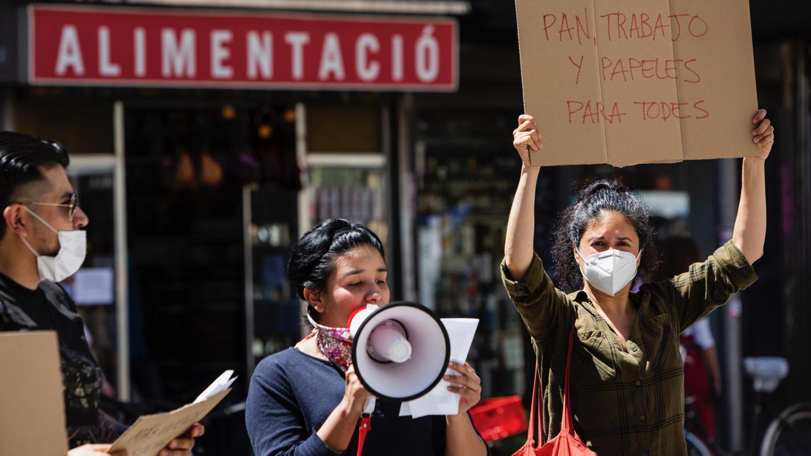 """Cassolada davant els serveis socials del Raval per denunciar la seva """"insuficiència"""" i """"col·lapse"""""""