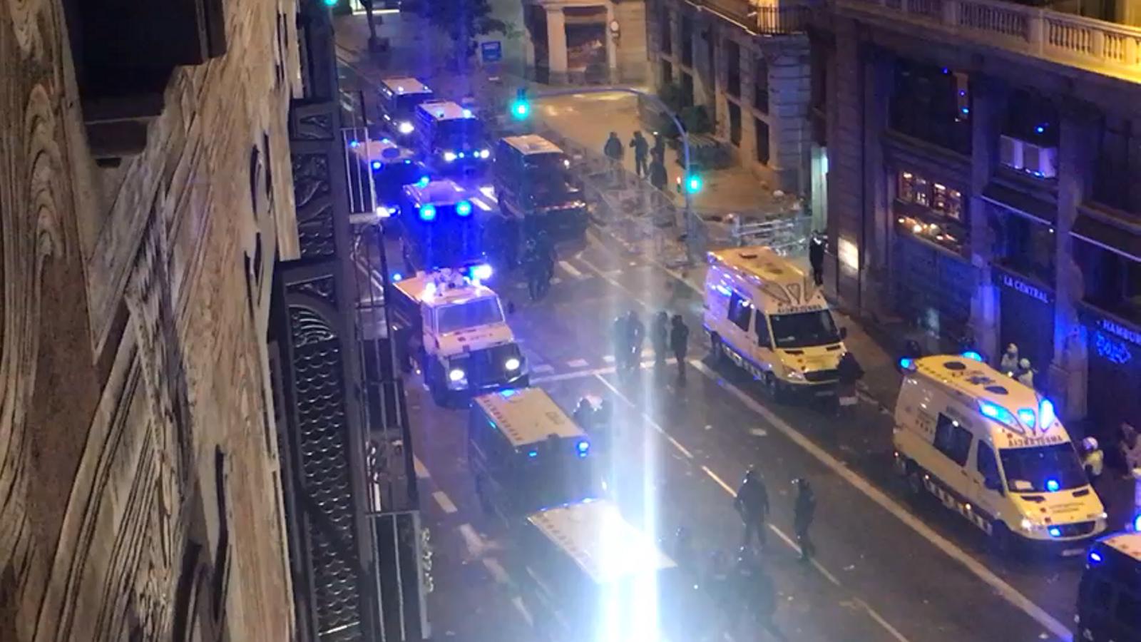 Mossos informa que utilitzarà la tanqueta d'aigua a la Via Laietana per obrir pas, però no per tirar aigua