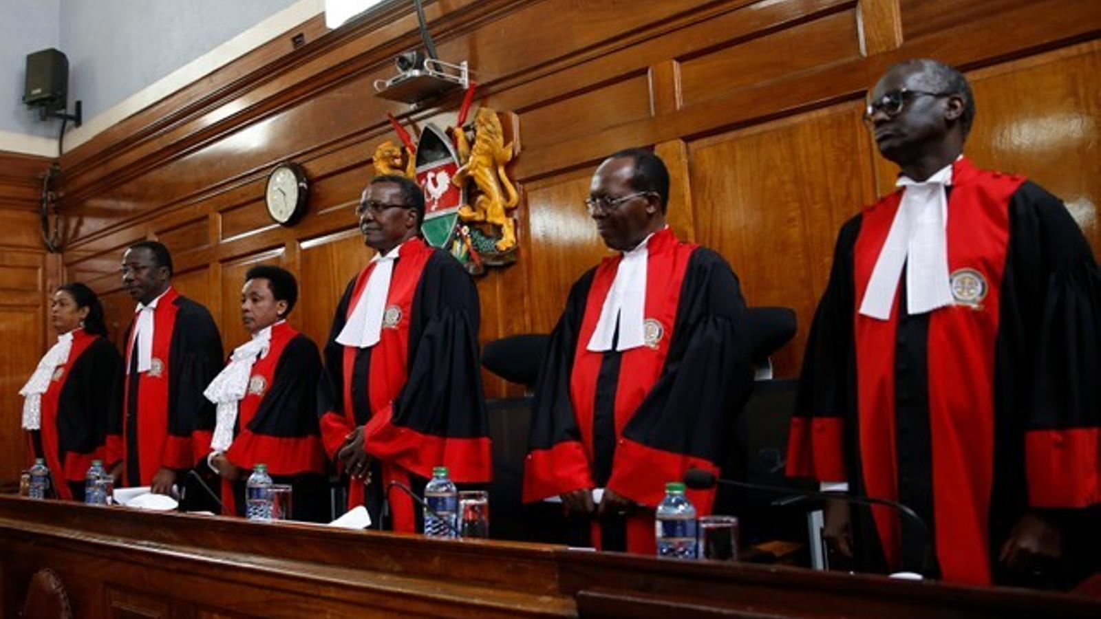 Els magistrats del Tribunal Suprem comencen la sessió on han confirmat la victòria de Kenyatta, a Nairobi.