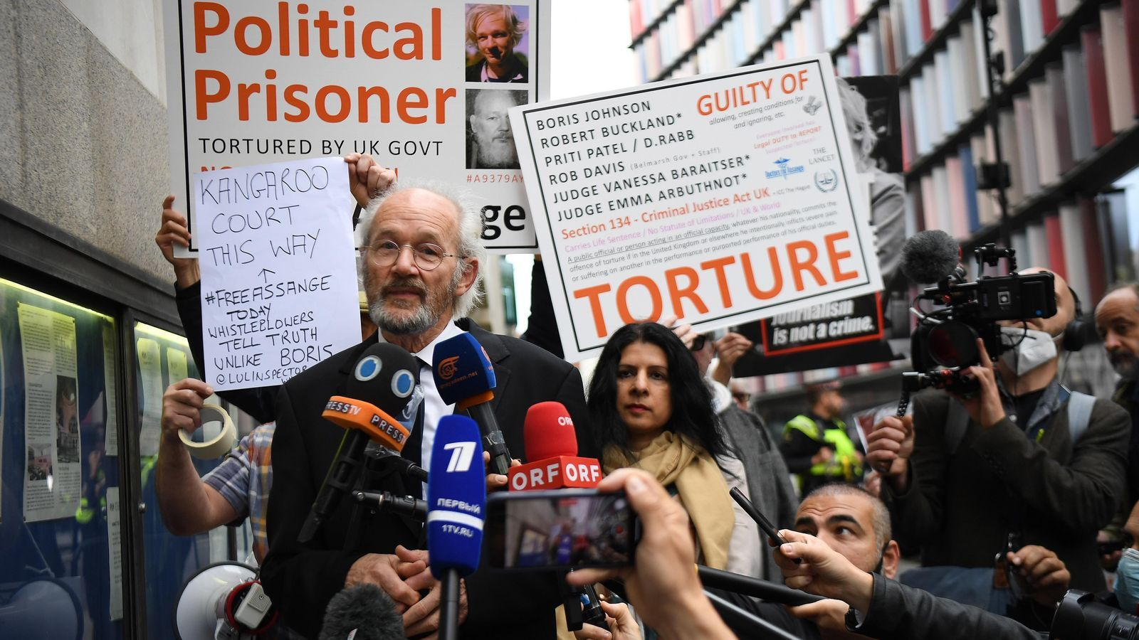 John Shipton, el pare de Julian Assange, al davant de la cort de Westminster on s'ha représ aquest dilluns el procés d'extradició