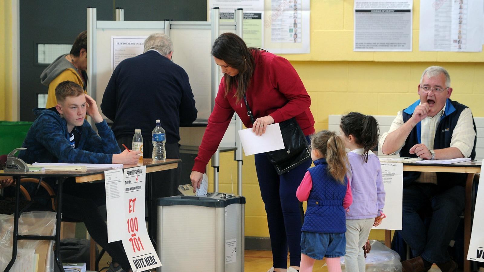 Votants en un col·legi electoral de Dublín, a Irlanda, on divendres es votaven els comicis locals i europeus.