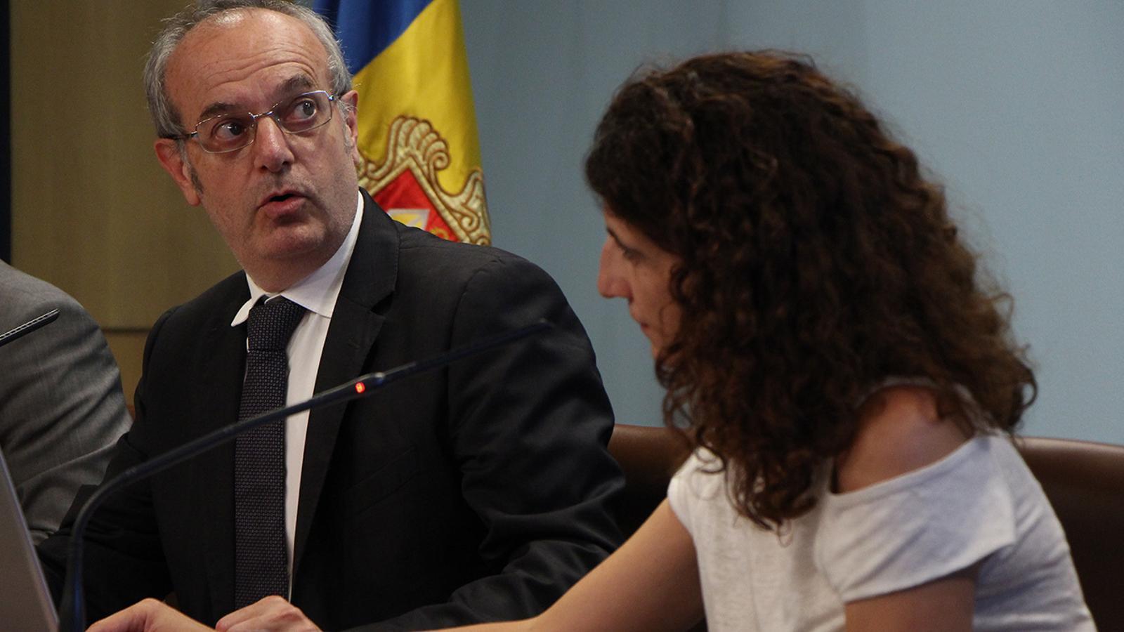 El ministre de Salut, Carles Álvarez, i la coordinadora de Recursos Sanitaris, Odile Sarroca, durant la roda de premsa posetrior al consell de ministres en què han explicat els canvis. / M. M. (ANA)
