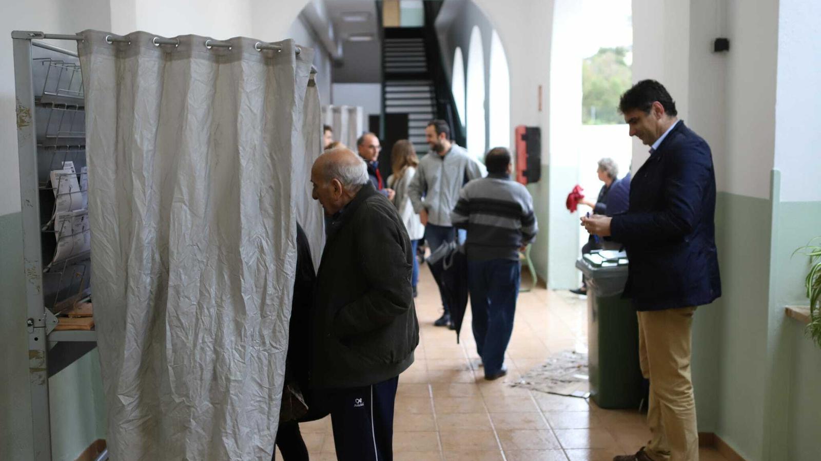 Gent votant a les eleccions del 10--N.