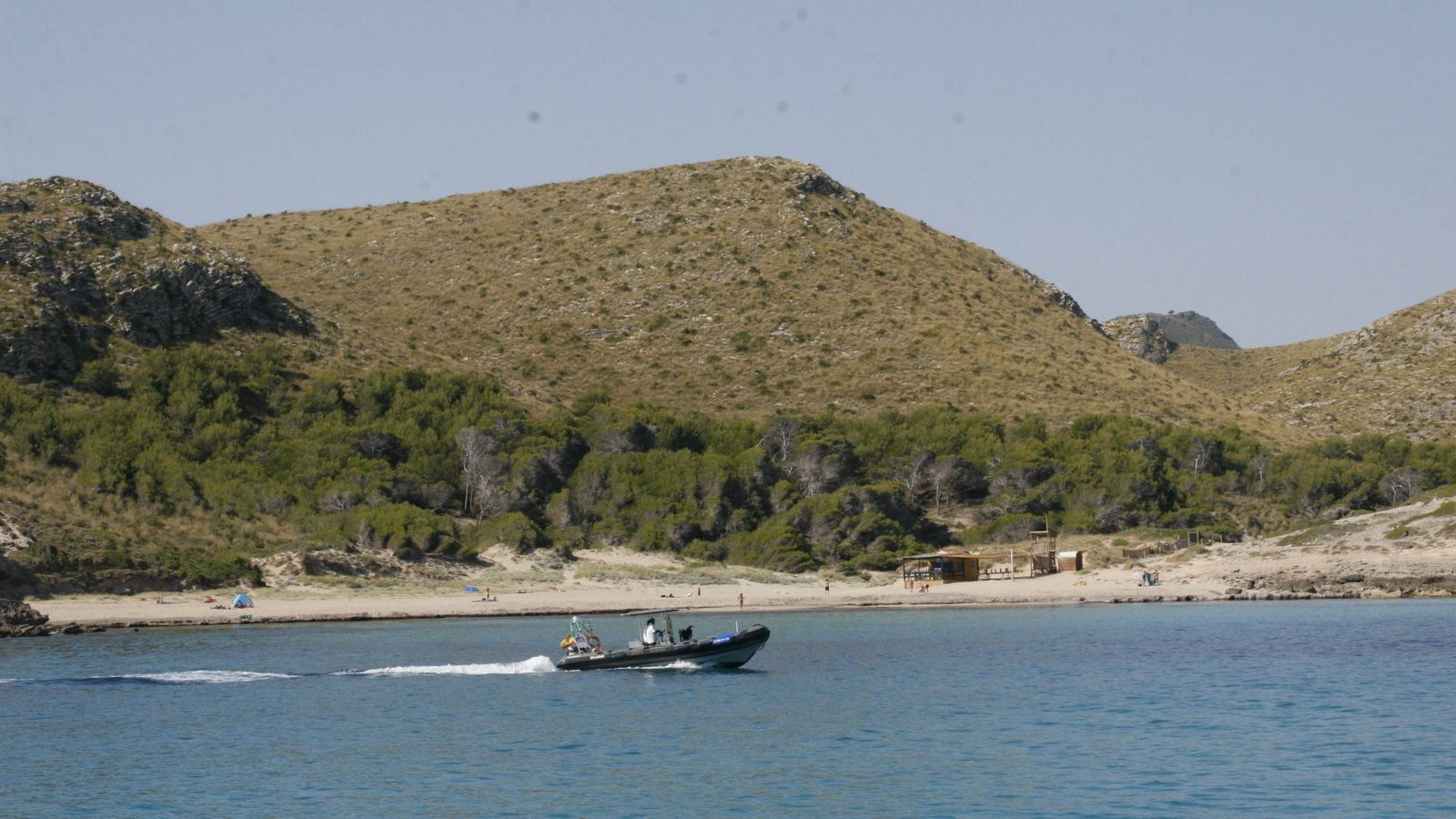 Zona de Cala Torta, amb el xibiu a primera línica de la platja.