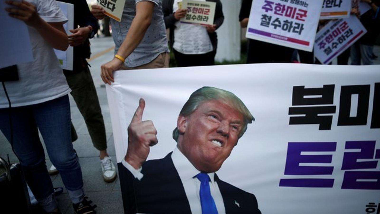 manifestació anti-Trump davant de l'embaixada dels EUA a Seül