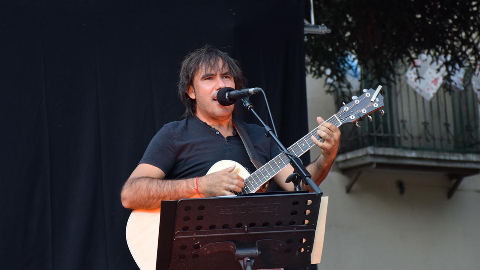El cantautor Patxi Leiva durant la seva actuació a Encamp. / M. F. (ANA)