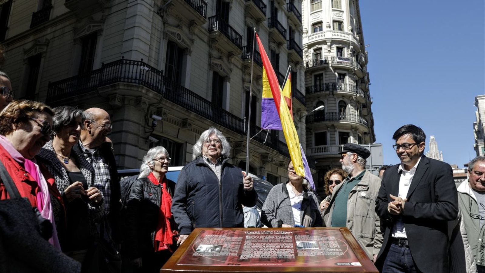 Instal·len una placa en memòria de la repressió davant de la Prefectura Superior de Policia de Via Laietana