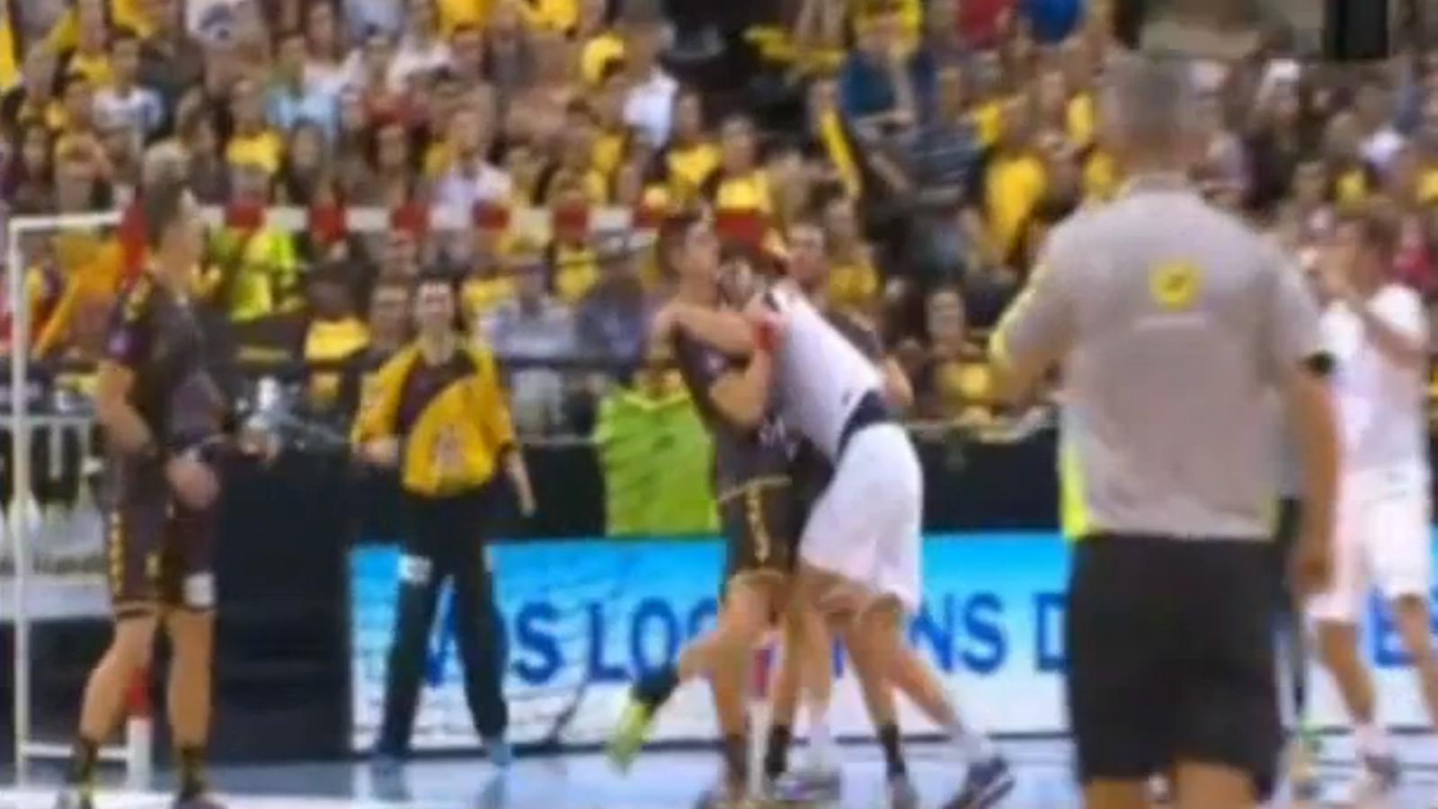 Marko Kopljiar (PSG) mossega Benjamin Gille durant un partit d'handbol a França