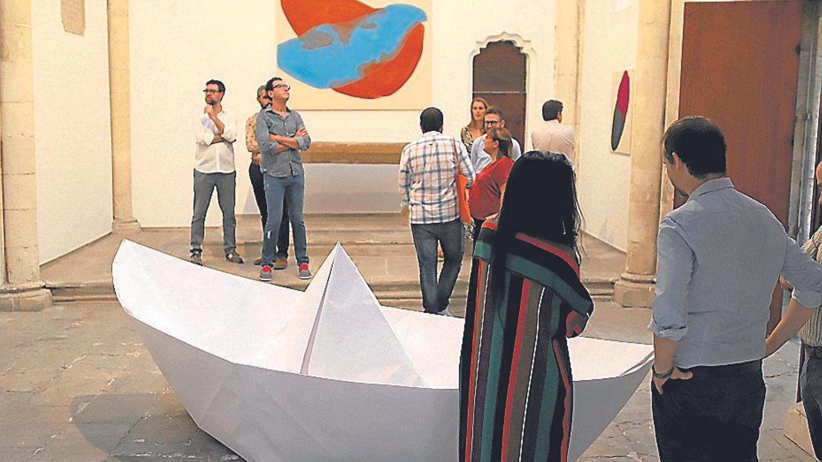 La plana major de la cultura de MÉS, entre les obres de Tamina Amadyar i un vaixell de paper, a l'Oratori de la Kewenig, també demanaven per Reus.