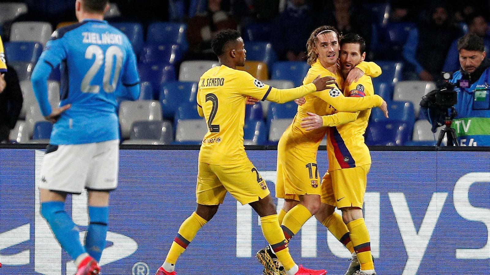 Nelson Semedo, autor de l'assistència, celebrant el gol d'Antoine Griezmann amb el francès i amb Leo Messi. El Barça va marcar en el seu únic xut entre els tres pals a Nàpols.