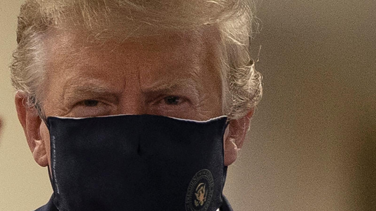 Trump, amb mascareta, durant la seva visita a l'hospital militar.