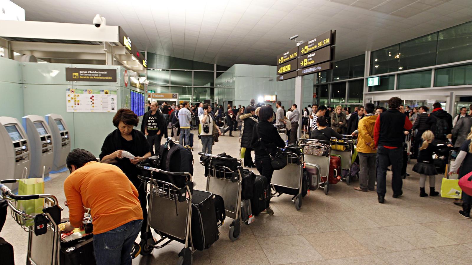 Passatgers fent cua a l'aeroport del Prat. Foto: XAVIER BERTRAL