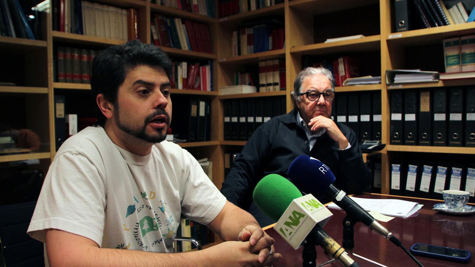 El president d'APAPMA, Carles Iriarte, amb l'advocat Manuel Pujadas / M.C.