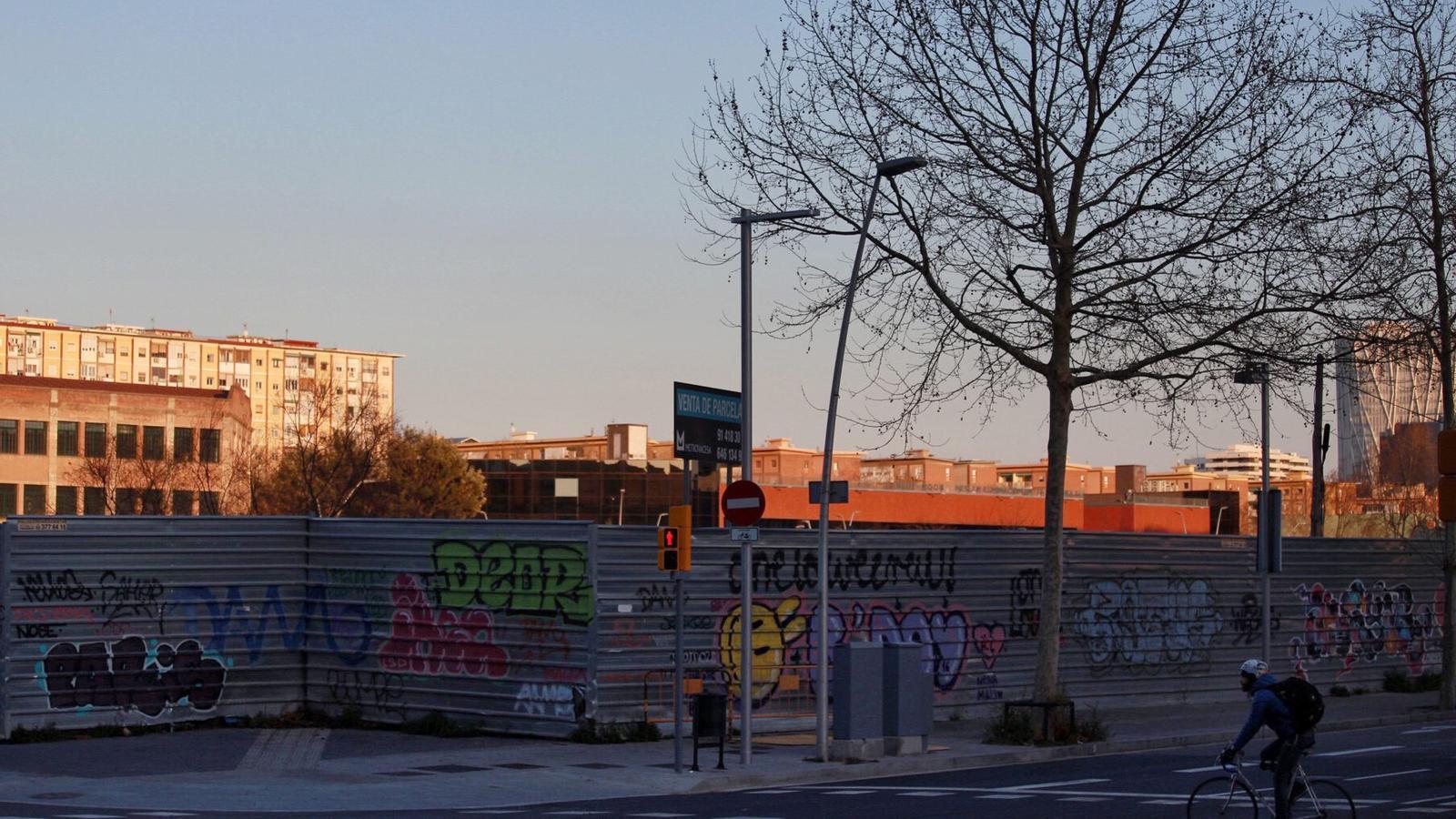 Solar amb suspenció de llicència d'obres del 22@ al barri del Poblenou de Barcelona