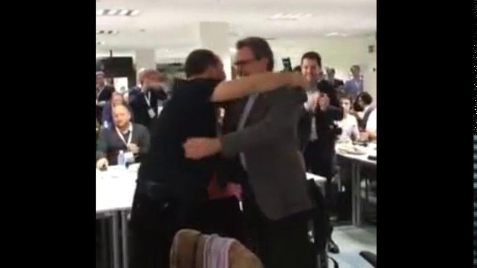 L'abraçada entre Artur Mas i David Fernández pel 9-N