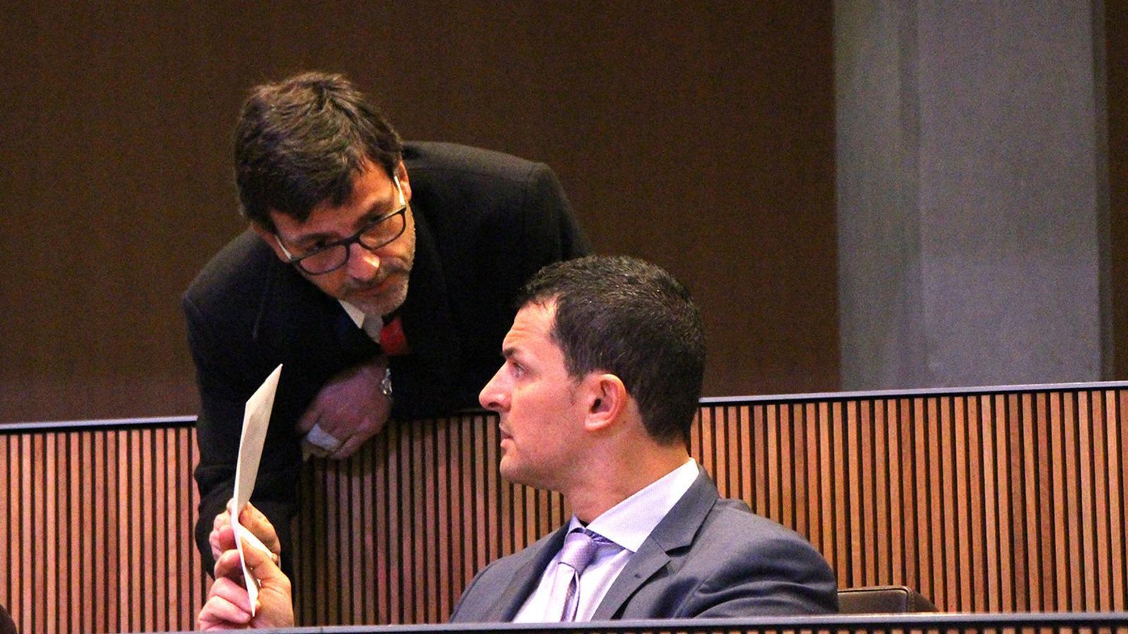 El ministres de Finances, Jordi Cinca, conversa amb el president del grup parlamentari liberal, Jordi Gallardo, moments abans de l'inici de la sessió de Consell General. / M. F. (ANA)