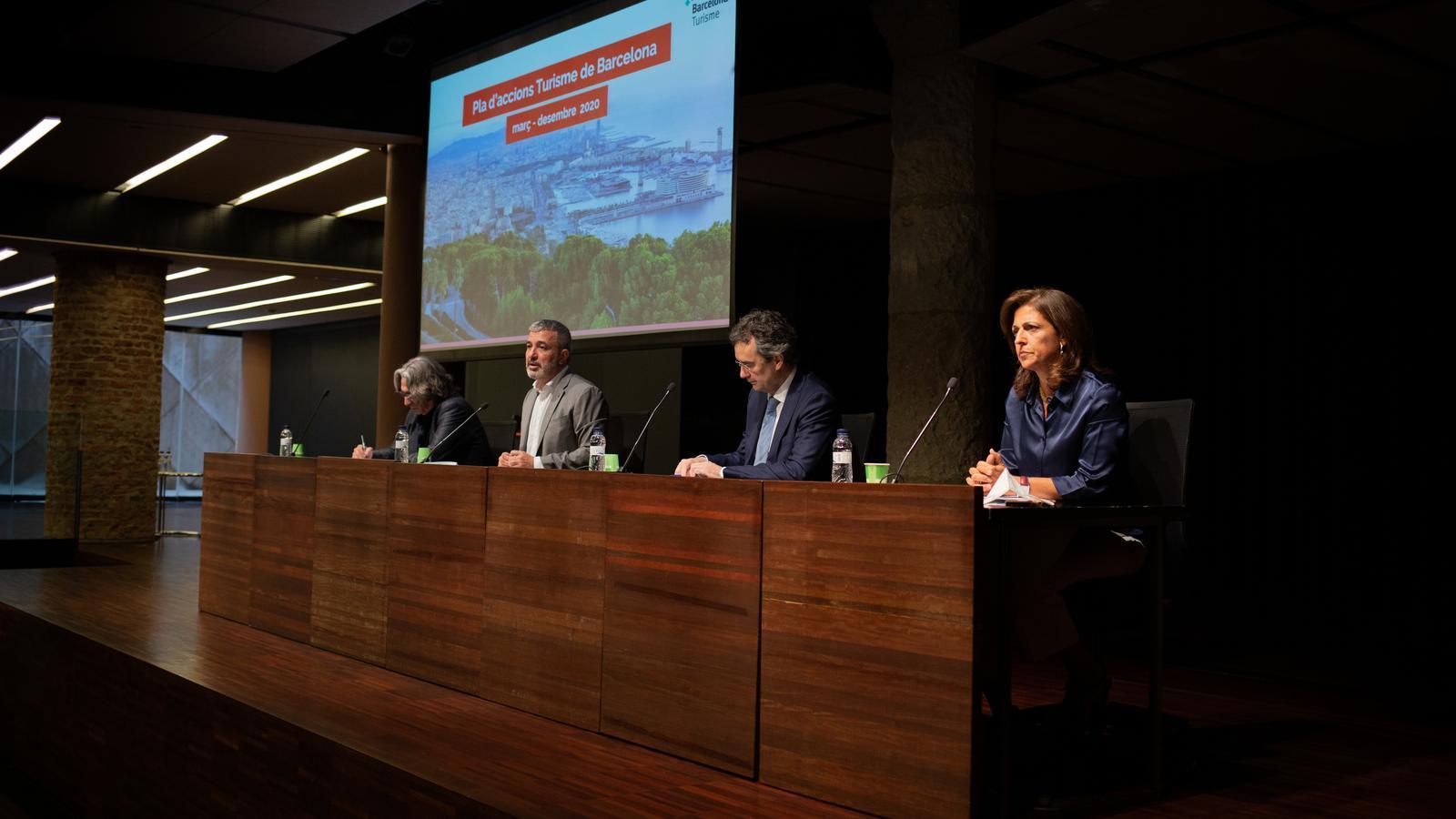 D'esquerra a dreta, Xavier Marcé (conseller de turisme), Jaume Collboni (primer tinent d'alcalde), Eduard Torres i Marian Muro (president i directora general de Turisme de Barcelona)