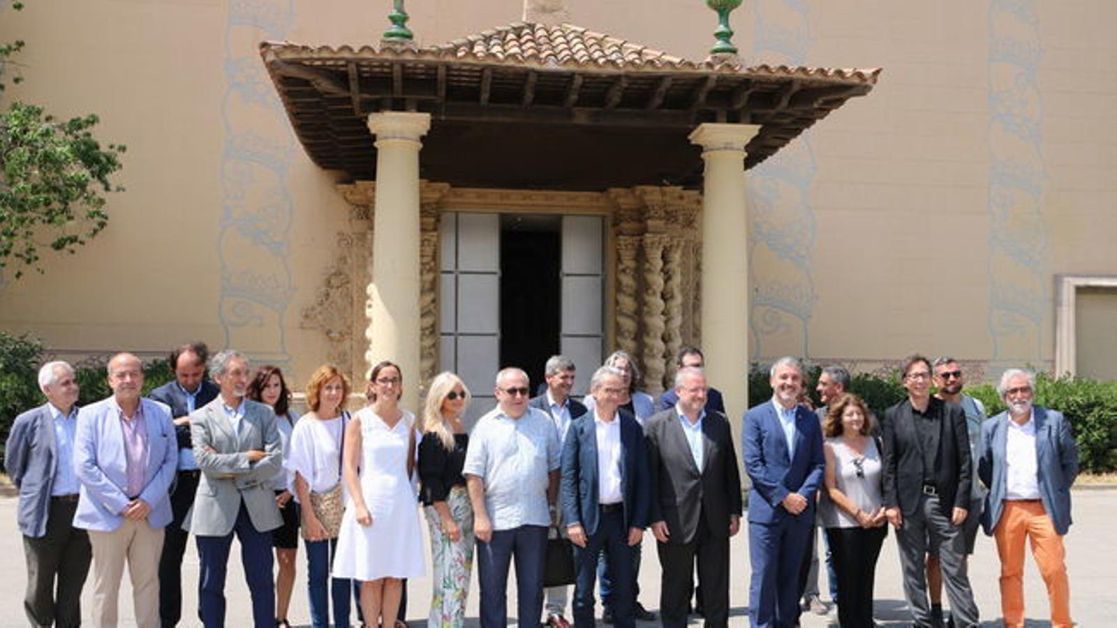Jaume Collboni, acompanyat dels directors dels principals museus de Barcelona davant del Palau Victòria Eugènia / ACN