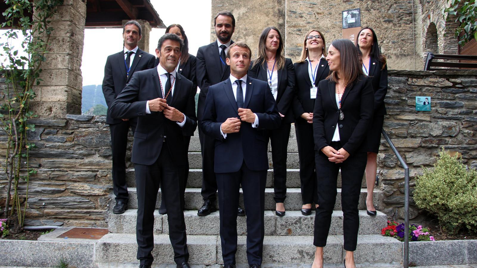 El copríncep francès junt amb la corporació ordinenca. / T. N. (ANA)