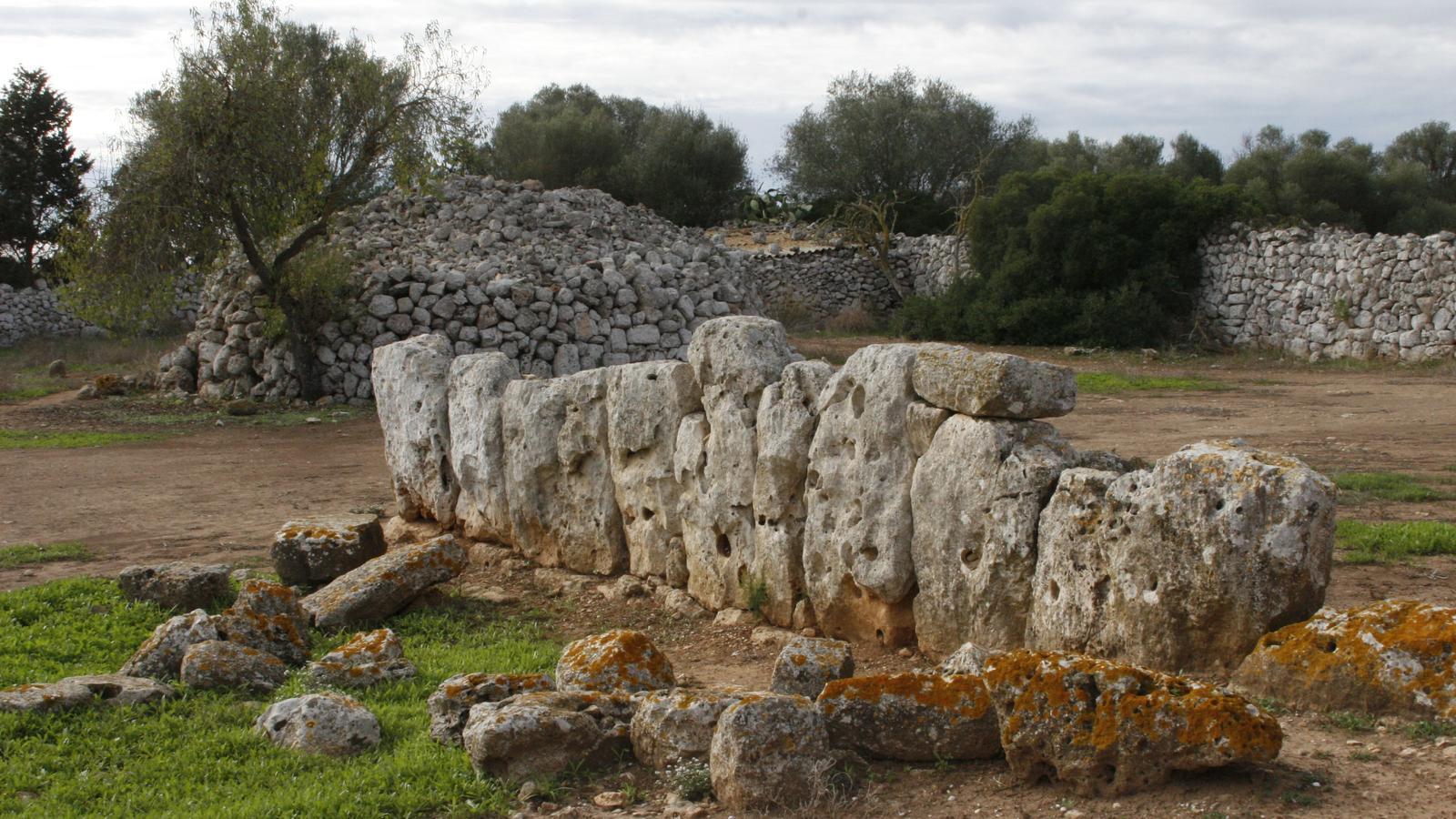 El poblat talaiòtic dels Antigors està a les afores, vora la carretera de Santanyí.