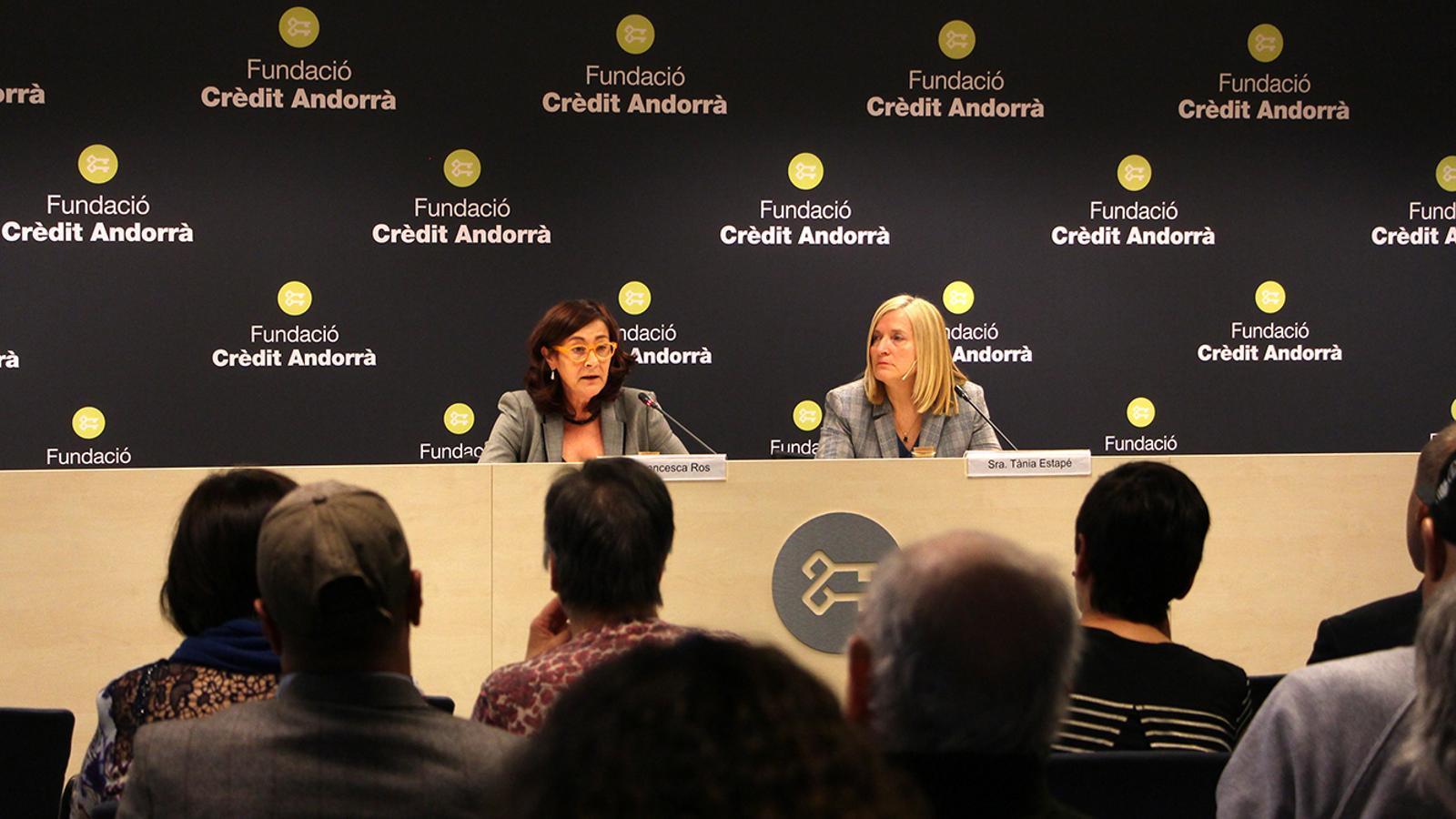 La directora de la Fundació Crèdit Andorrà, Francesca Ros, presenta la conferenciant, Tània Estapé. / M. F. (ANA)