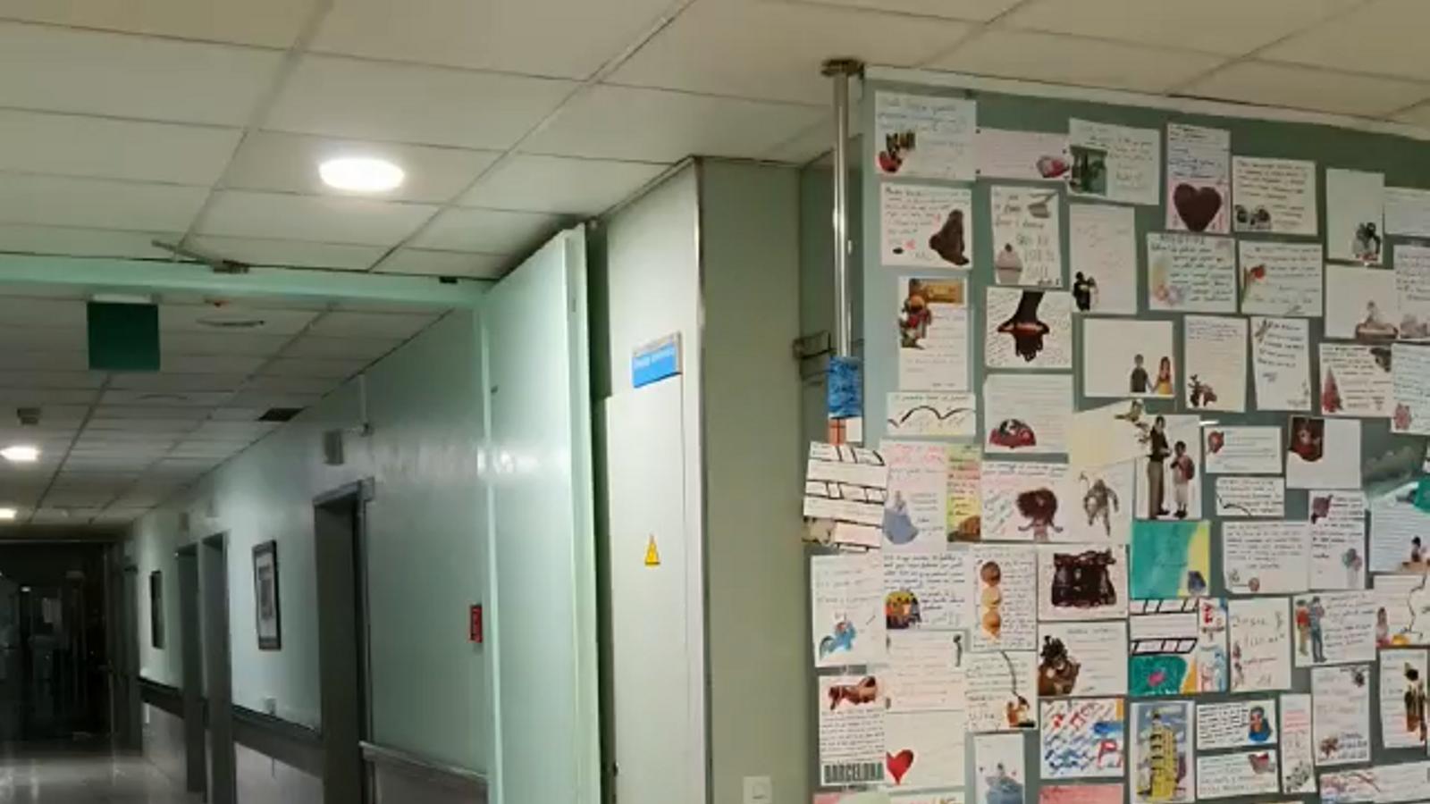 Tres infermers de la Vall d'Hebron agraeixen a les internes de Brians 1 les 130 targetes per animar els malalts durant la pandèmia, en un vídeo cedit a l'ARA per ells mateixos