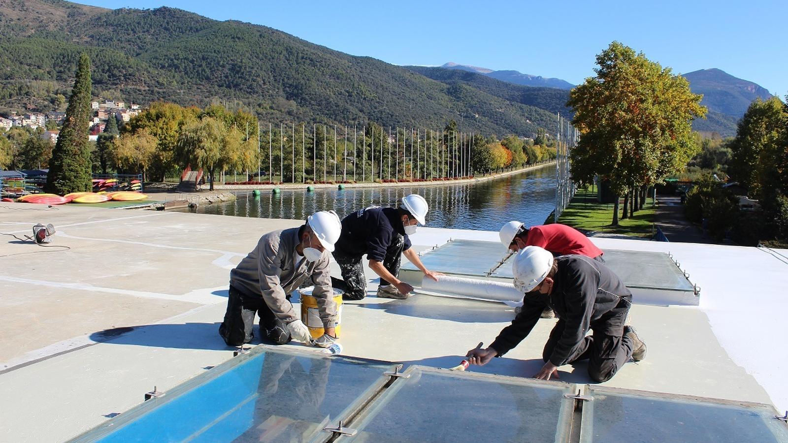 Instal·lació de plaques fotovoltaiques al Parc del Segre. / AJUNTAMENT DE LA SEU
