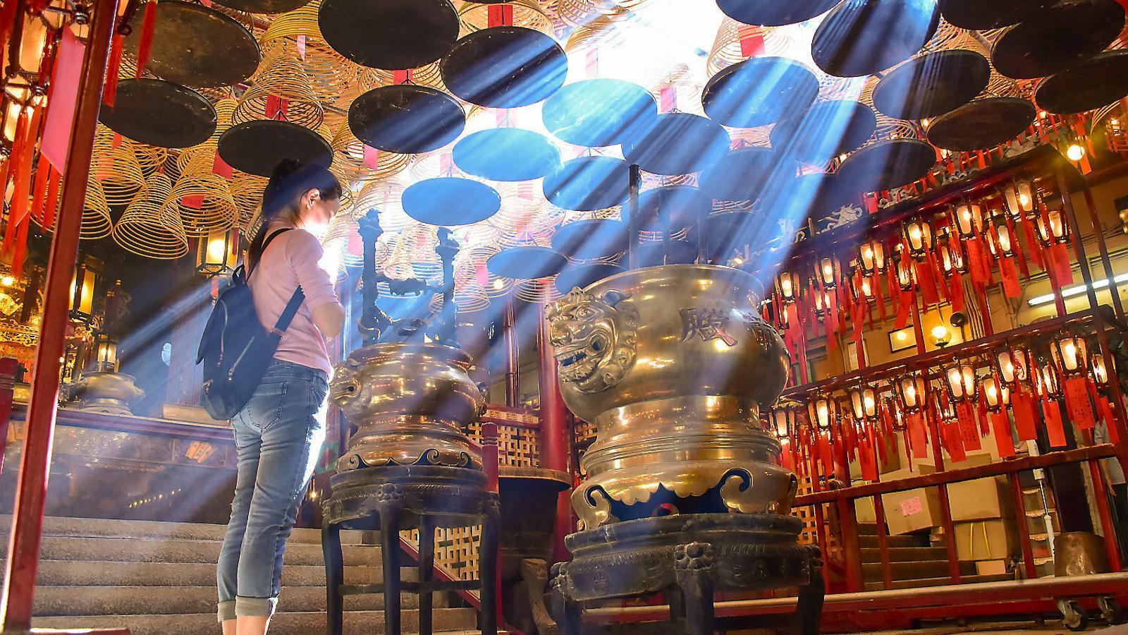 Una jove dins d'un temple xinès.