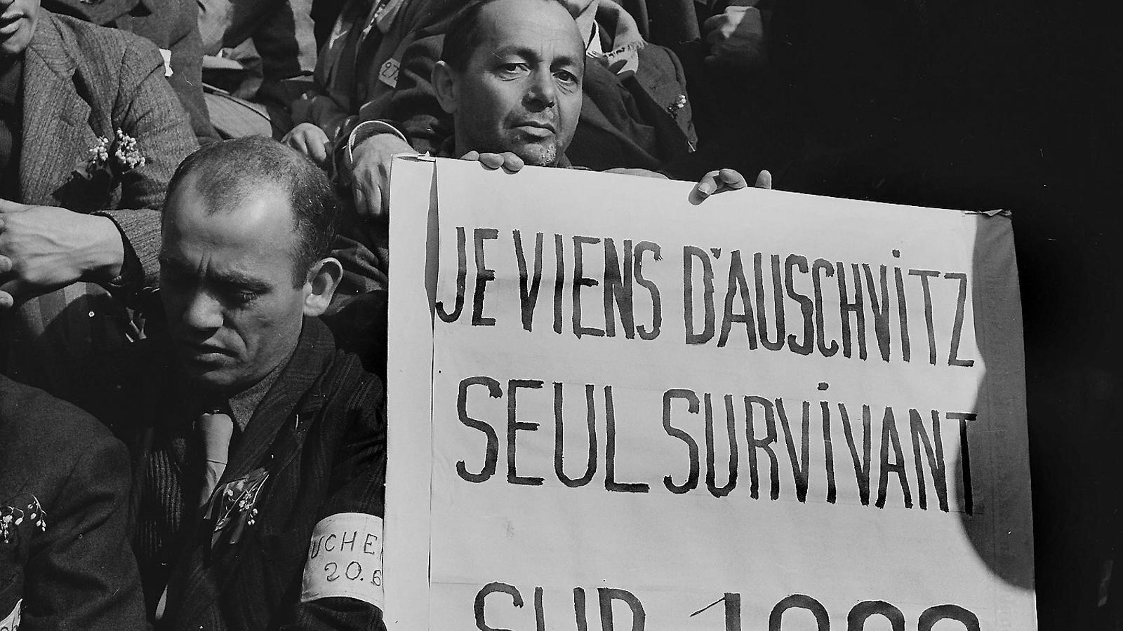 Un grup de supervivents l'1 de maig del 1945 a París.