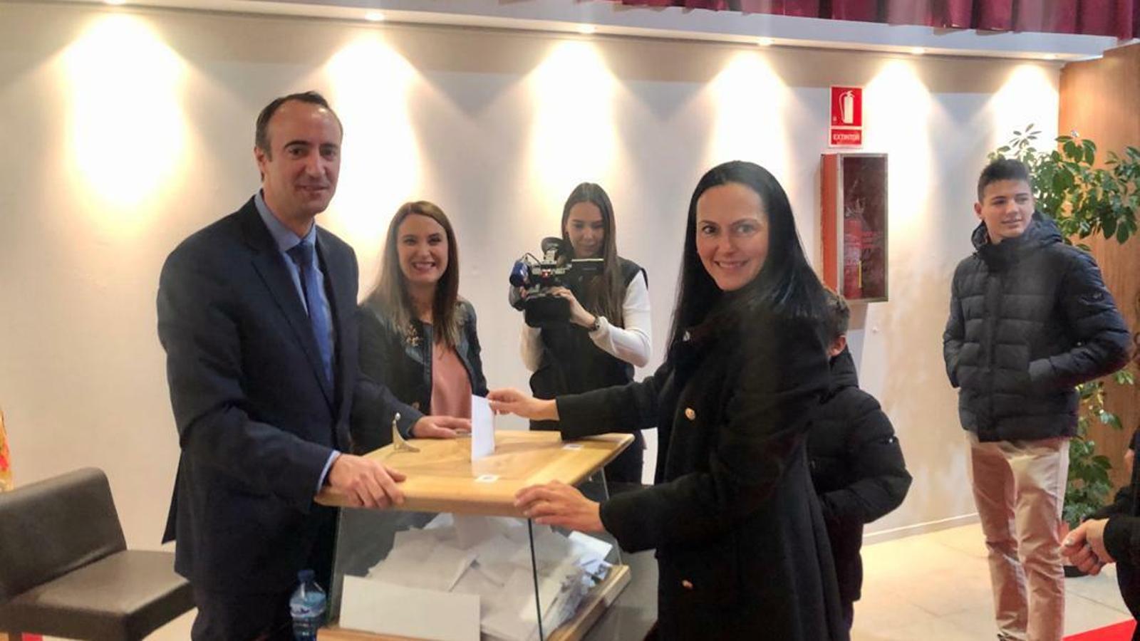 La candidata de Ciutadans Compromesos, Olga Molné, ha votat aquest diumenge al comú de la Massana. / CC