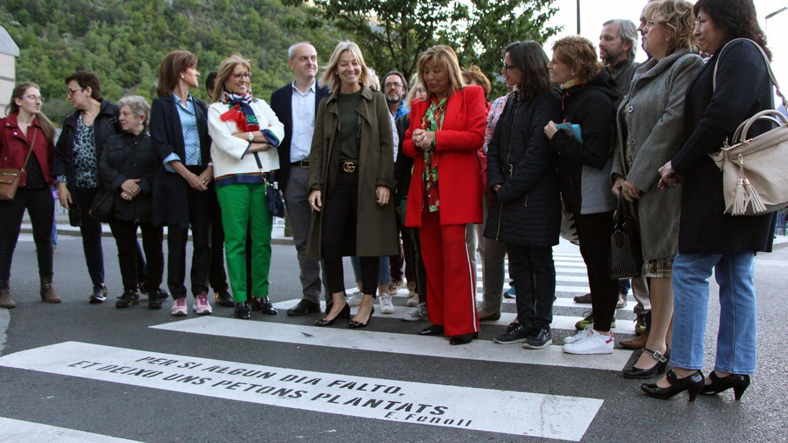 Les autoritats visiten el passeig poètic de Riberaygua i Travesseres. / T. N. (ANA)