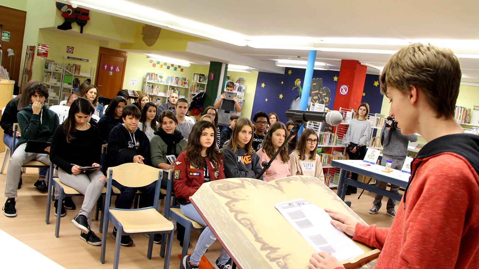 Els alumnes llegeixen algun dels articles de la Convenció dels drets de l'infant del 1989. / M. M. (ANA)