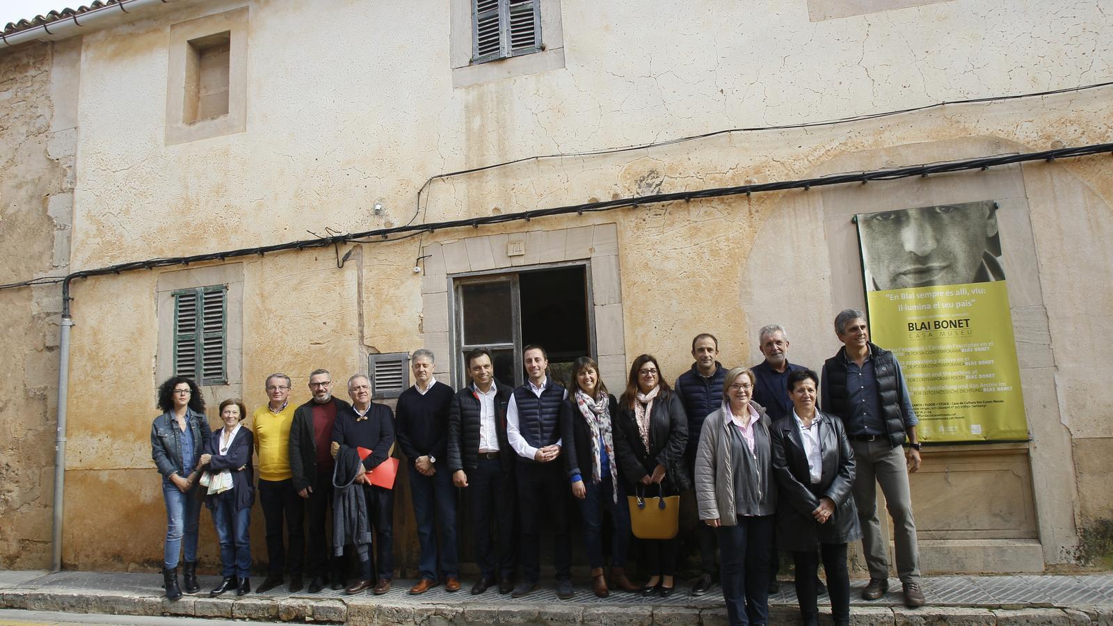 Familiars de Blai Bonet , membres del Consell i de l'Ajuntament de Santanyí davant la casa natal del poeta