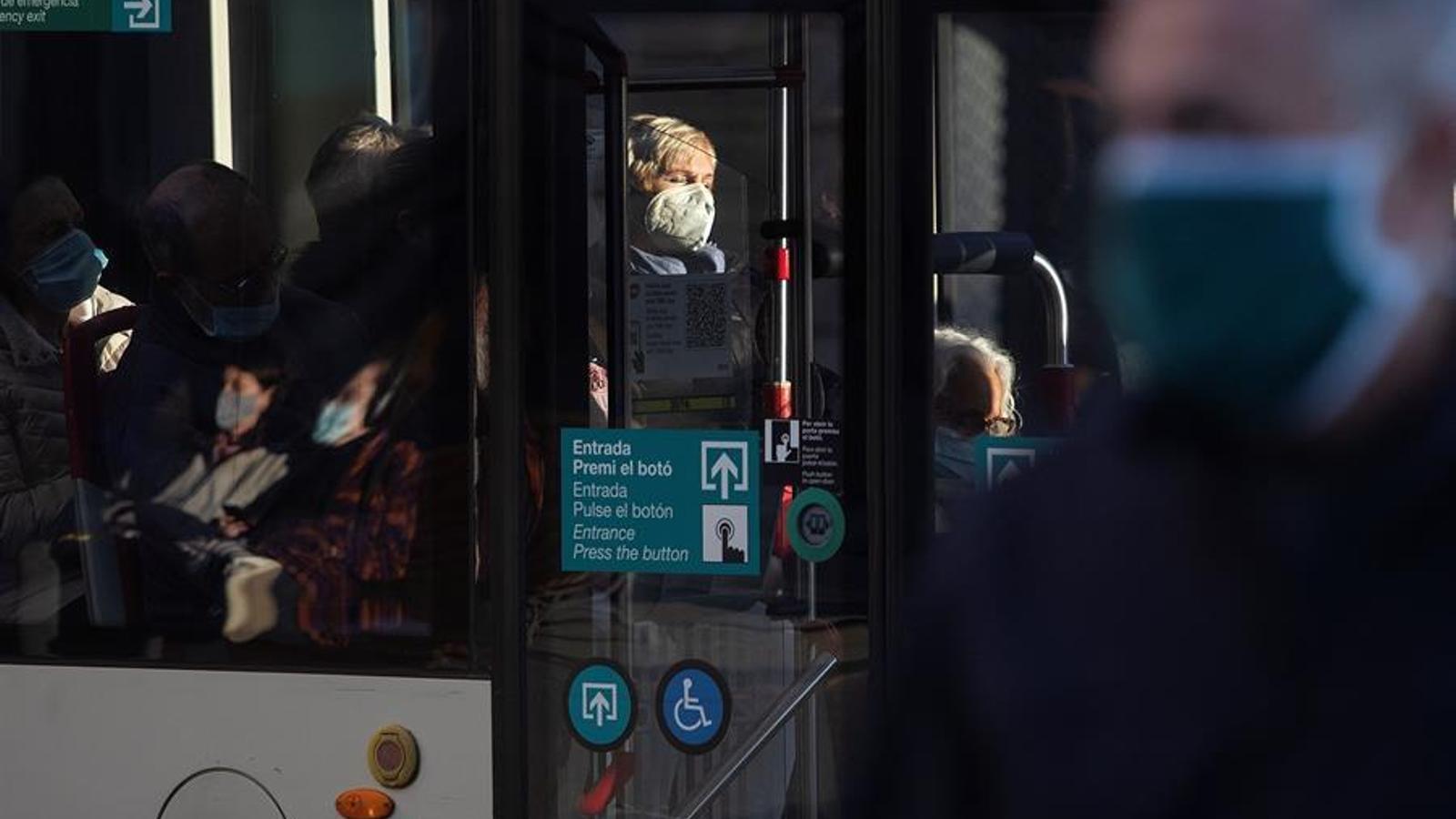Diverses persones dins d'un autobús, aquest dimecres a Barcelona