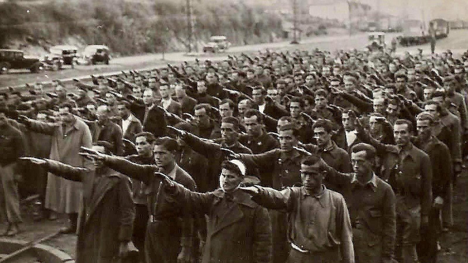 Presoners fent la salutació feixista al camp de concentració d'Irun. / BIBLIOTECA NACIONAL DE ESPAÑA