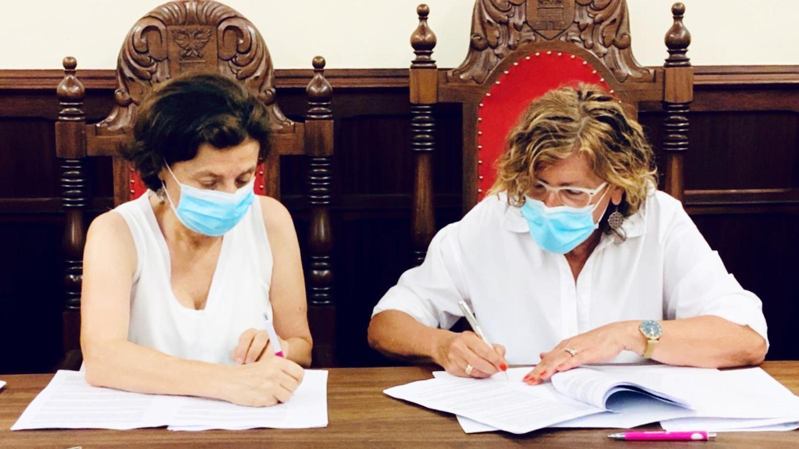 Fina Santiago i Bàrbara Rebassa signant el conveni. / CONSELLERIA D?AFERS SOCIALS I ESPORTS