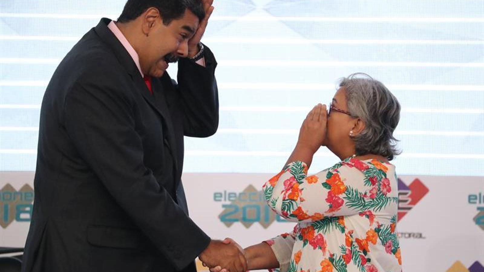 Maduro saludant Tibisay Lucena, la responsable de la junta electoral veneçolana
