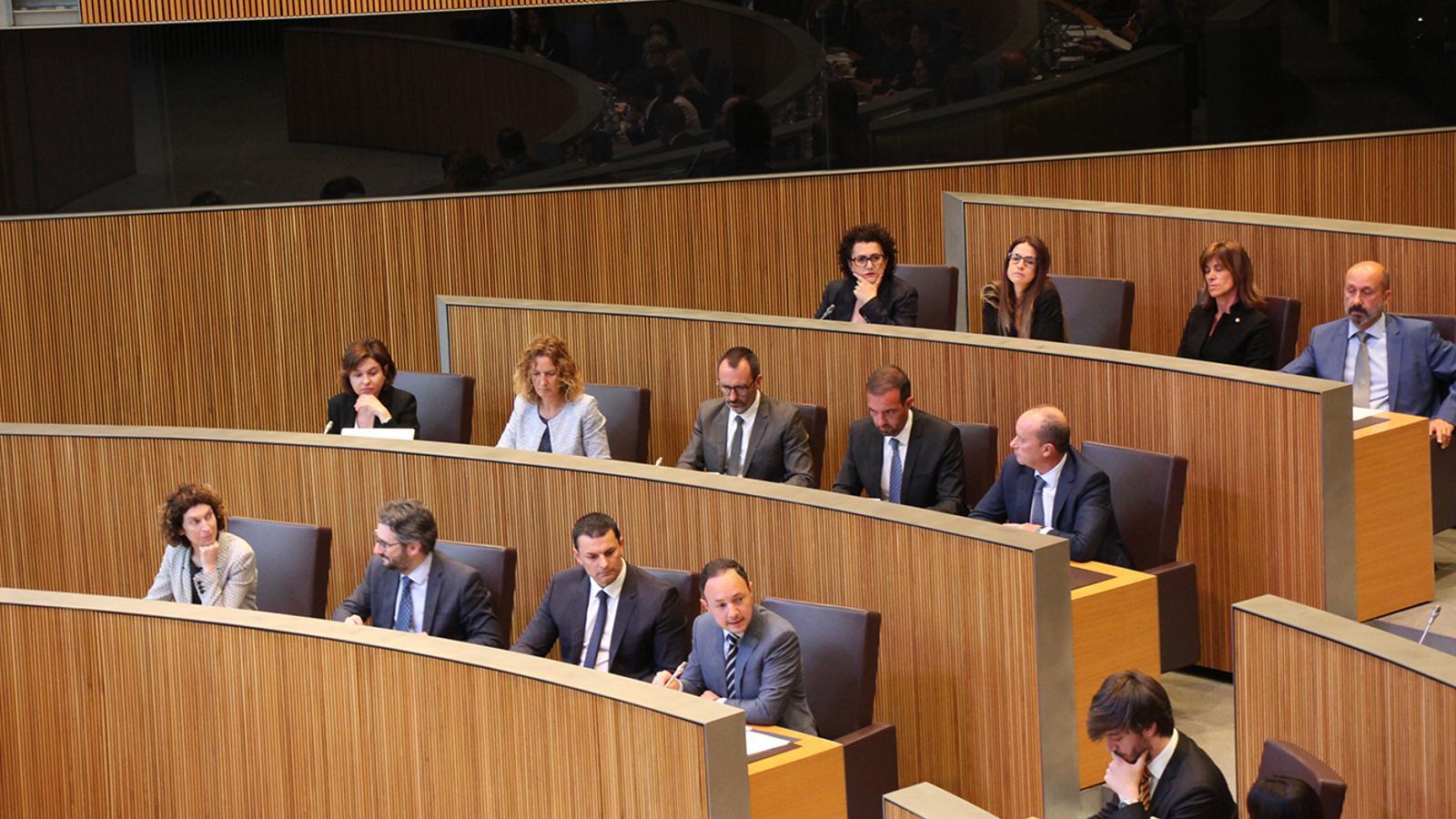 La bancada del Govern, ja ocupada pels dotze ministres i el cap de Govern que configuren l'executiu. / M. M. (ANA)