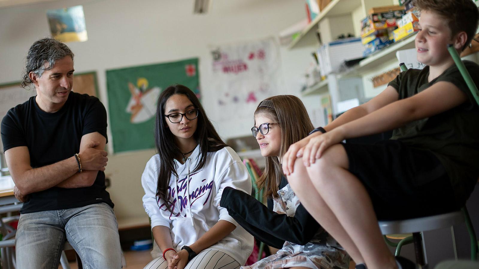 El professor que ha coordinat el documental, Jordi Cruset, amb la Soraya, la Berta i el Pol, alumnes que han particiat en el projecte.