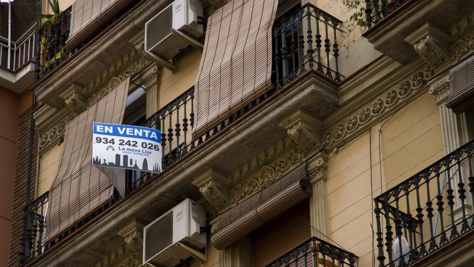 La compravenda de pisos es dispara un 20% però les operacions de nou habitatge estan a mínims.