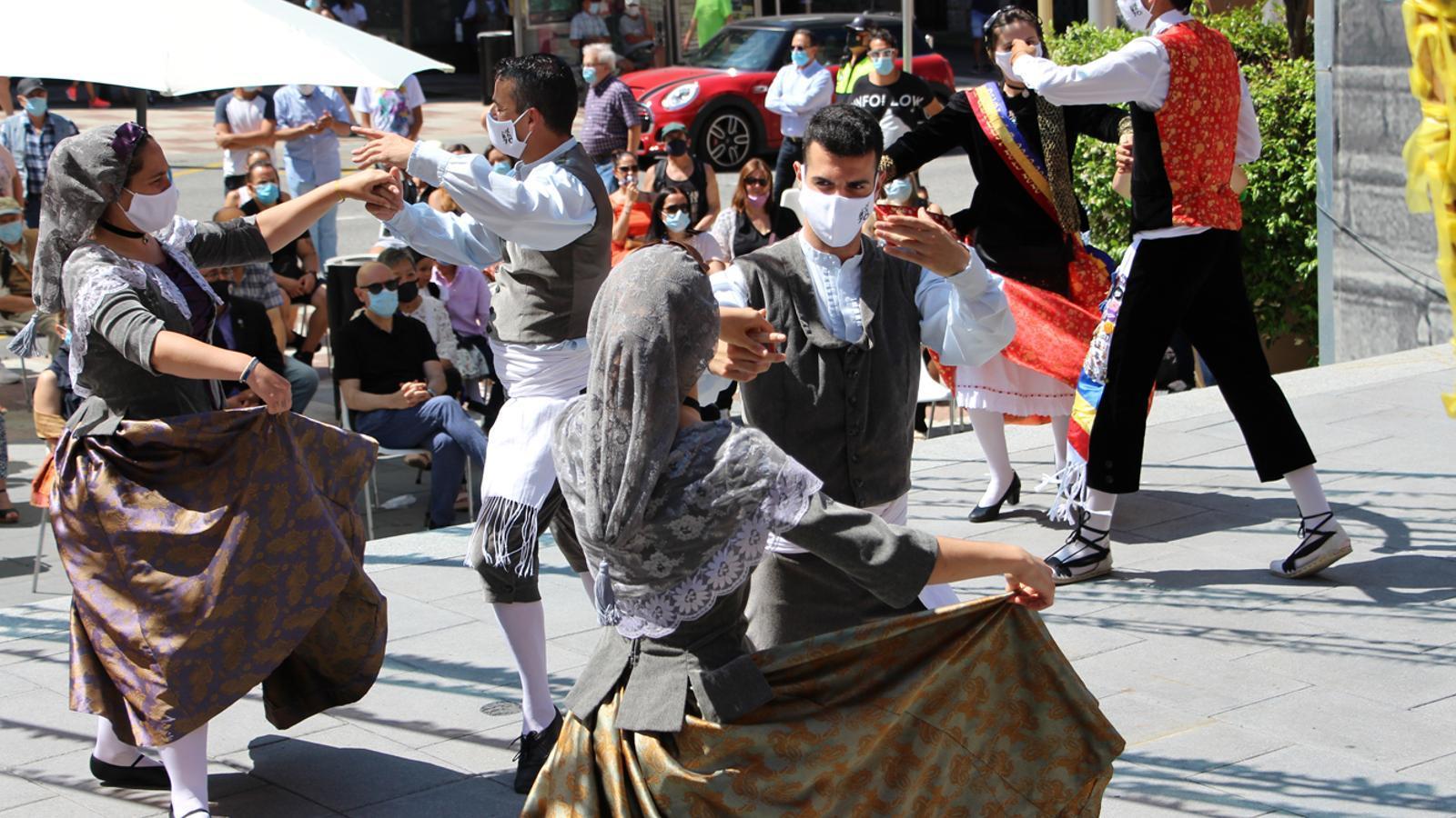 Un moment de l'actuació de l'Esbart Santa Anna en el marc de la festa major d'Escaldes-Engordany.