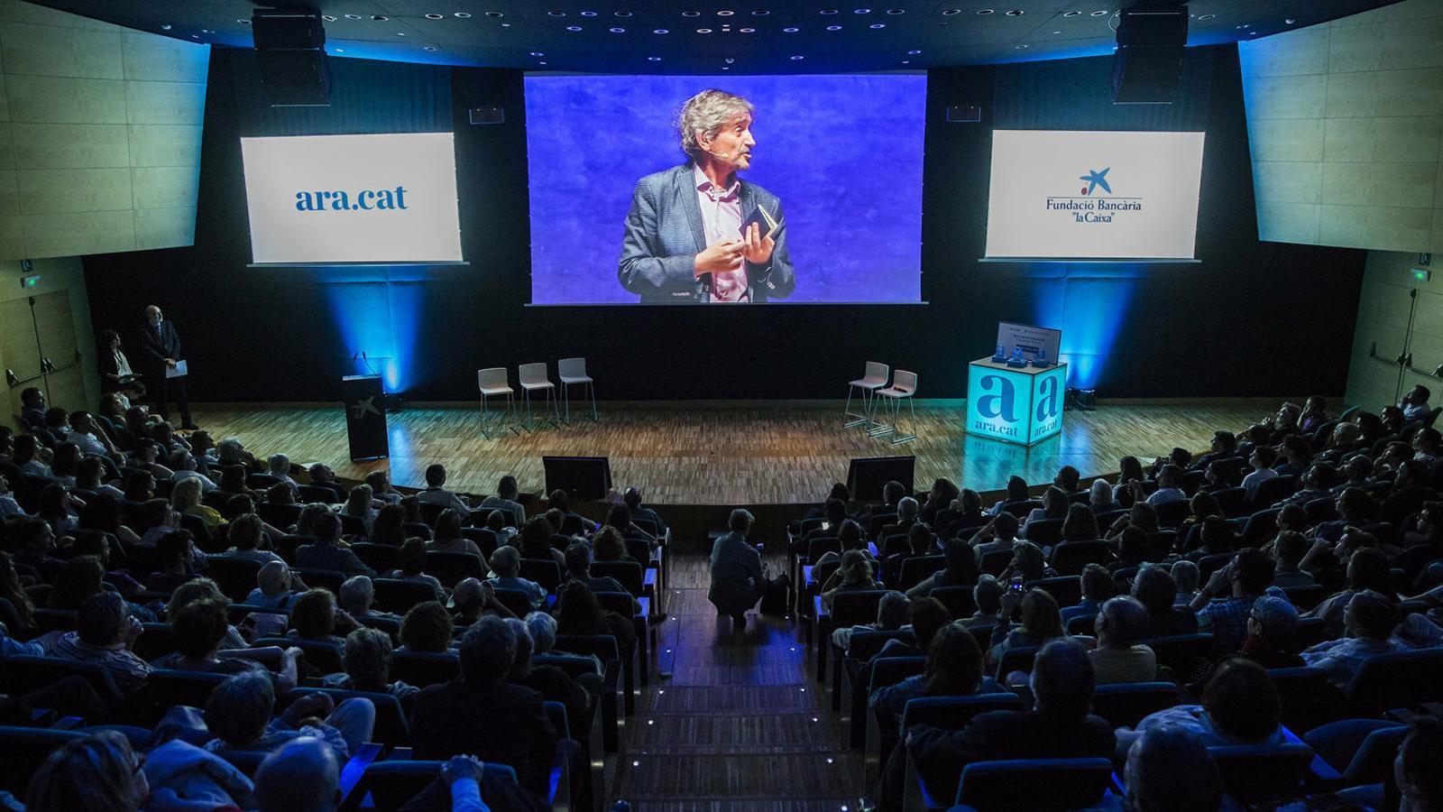 El director fundador de l'ARA, Carles Capdevila, va morir el 2017. L'any següent, el diari va crear les beques que porten el seu nom.