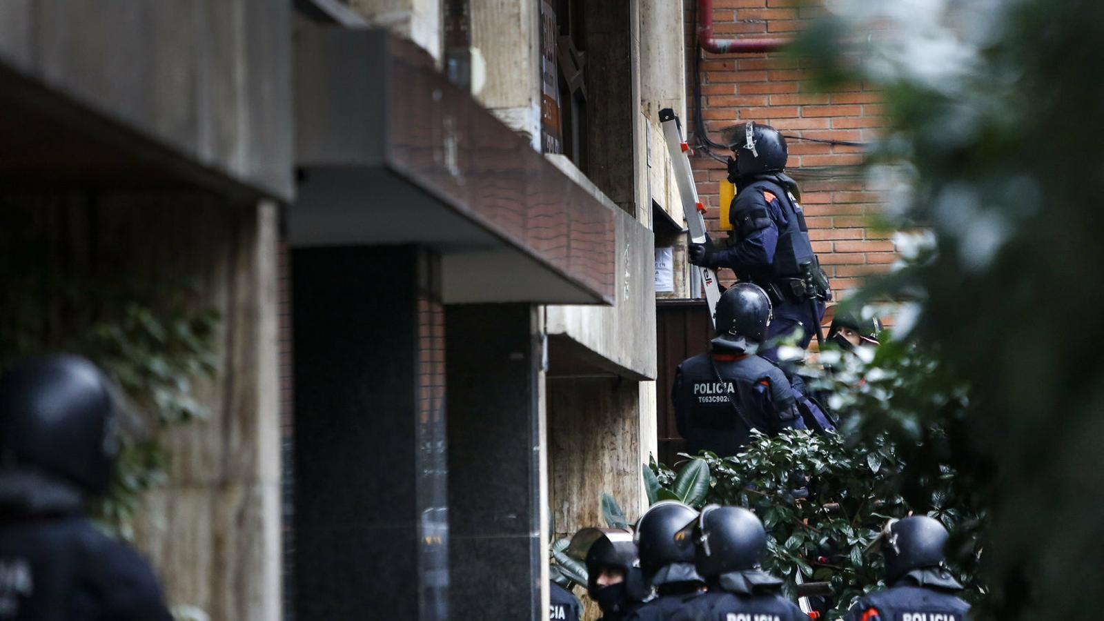 Agents antiavalots dels Mossos d'Esquadra intervenint en el desnonament d'una família al barri de Gràcia de Barcelona al desembre.