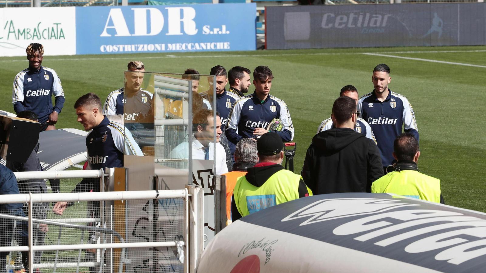 Els jugadors del Parma i l'Spal, esperant la decisió de jugar el seu partit d'aquest diumenge