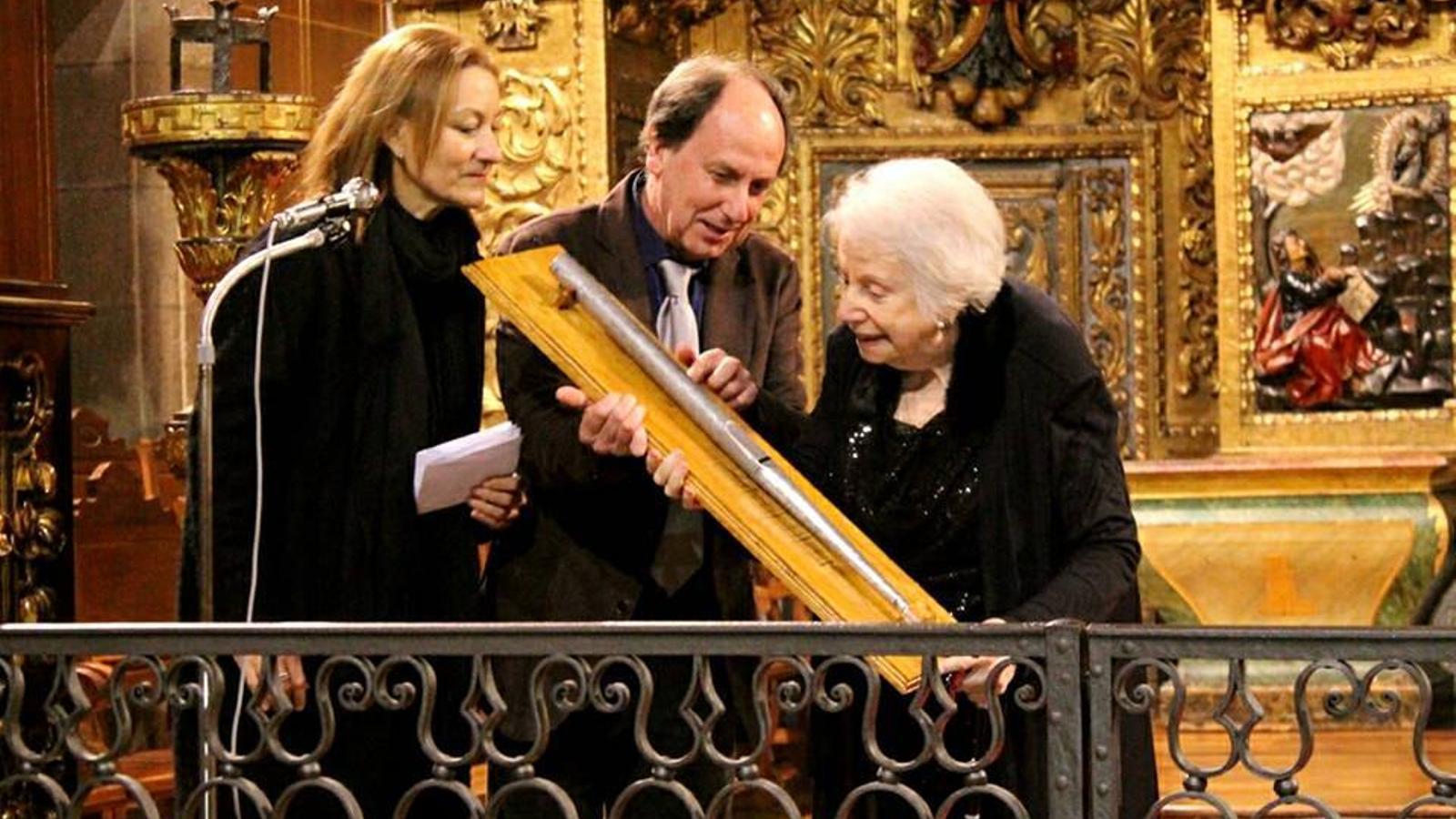 Enrique Campuzano, president de l'Asociación del Órgano Hispánico, obsequia Montserrat Torrent amb un tub d'orgue del segle xviii en acabar el concert de clausura del Congrés Internacional d'Orgue Hispànic a Santiago de Compostel·la
