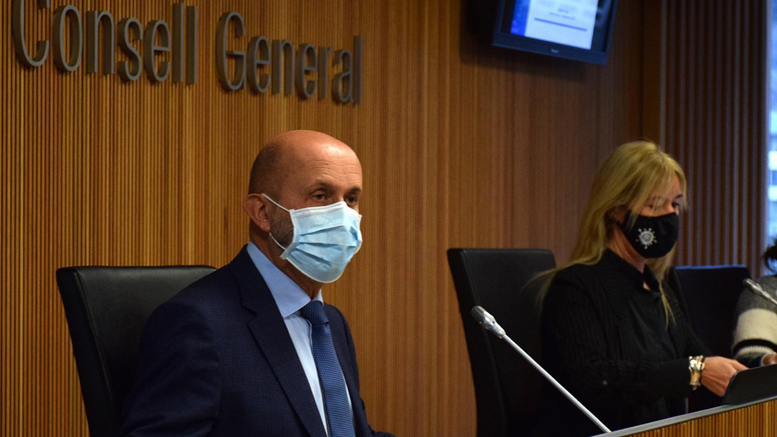 El ministre de Salut, Joan Martínez Benazet, durant la compareixença davant la comissió legislativa de Sanitat. / MF